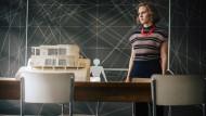Gar nicht echt und doch so präsent: Lotte (Alicia von Rittberg) wartet im Bauhaus Dessau auf eine Entscheidung zum Auftrag des Baus einer von ihr entworfenen Villa.