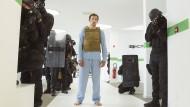 Florian (Arieh Worthalter) steckt plötzlich im Körper des Polizisten Sylvain. Und in der Klemme steckt er auch.