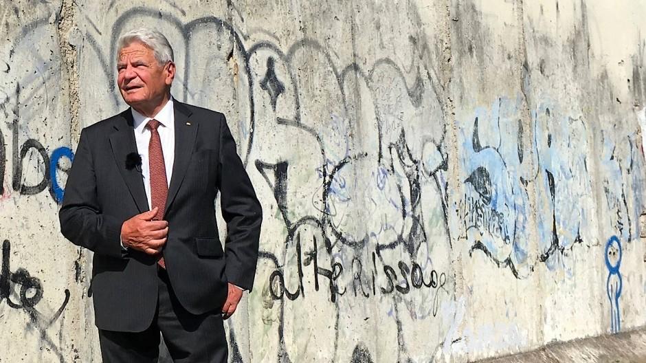 Demokratie bedeutet, politische Positionen auszuhalten, auch wenn sie uns nicht gefallen: Joachim Gauck vor den Überresten der Mauer