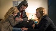 """Mit der Hilfe von Lucy (Carlotta von Falkenhayn) und Victor (Rick Okon) hofft die Polizistin Karin Wegemann (Nadja Uhl, rechts) die Täter der """"Jagdgesellschaft"""" zu finden."""