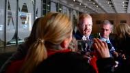 Nach der Durchsuchung: Ad-hoc-Pressekonferenz vor dem Gebäude des Senders ABC, Craig McMurtie, Editorial Director, gibt Auskunft.