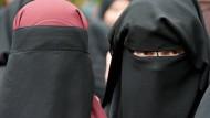 Nichts sehen und nicht gesehen werden: Besucherinnen einer Salafisten-Kundgebung in Offenbach.
