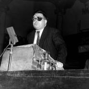 David Rousset (links) 1948 neben Jean-Paul Sartre in der Pariser Salle Wagram.