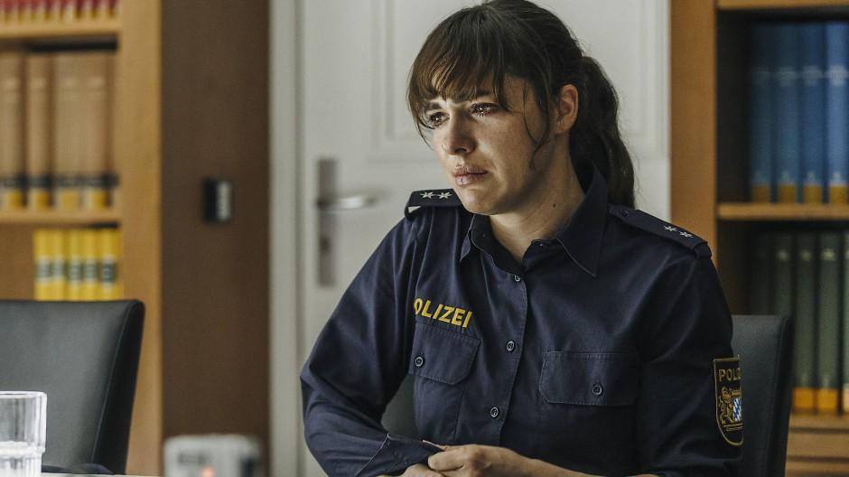 """Verzweifelung: Verena Altenberger als Polizeioberkommissarin Elisabeth """"Bessie"""" Eyckhoff."""
