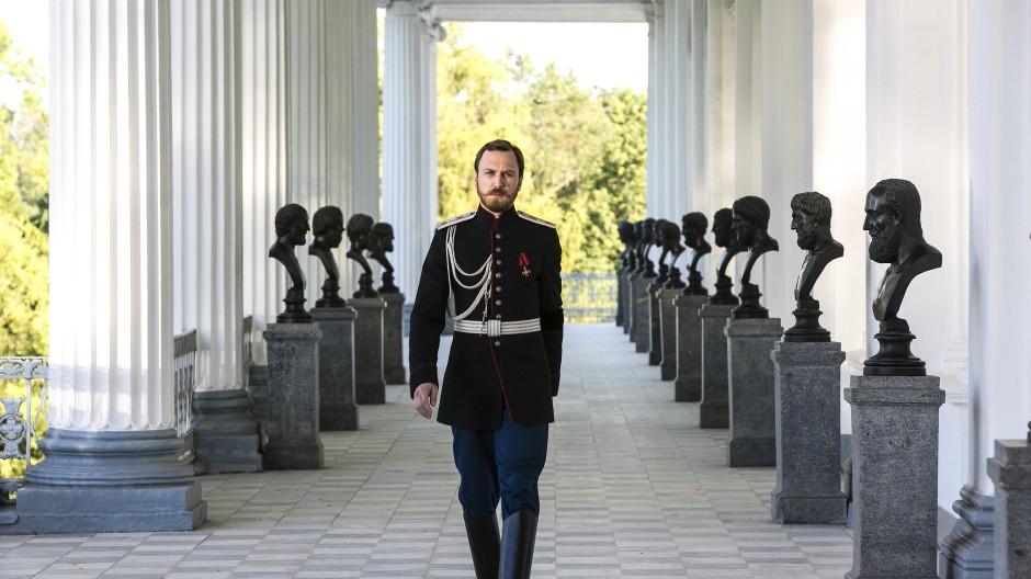 Unter steinernen Blicken: Lars Eidinger als letzter russischer Zar Nikolaus II.