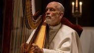 Greift in die Harfe: John Malkovich spielt Papst Johannes Paul III.