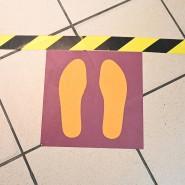 """Hinter der Markierung warten: Einige britische Museen wollen die """"Social Distancing""""-Kennzeichnungen dokumentieren."""