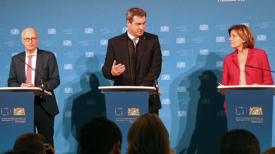 Peter Tschentscher, (SPD, links), Erster Bürgermeister Hamburgs, Markus Söder (CSU) Ministerpräsident in Bayern, und Malu Dreyer (SPD), Ministerpräsidentin Rheinland-Pfalz, im vergangenen Dezember in Berlin, als der Medienstaatsvertrag vorgestellt wurde.