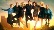 """Haben viel zu verarbeiten: die Schauspieler von """"BH90210"""", Gabrielle Carteris (von links), Ian Ziering, Jennie Garth, Jason Priestley, Shannen Doherty, Tori Spelling und Brian Austin Green."""