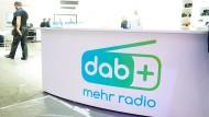 Kein warmer Empfang: An einem Counter auf der Messe IFA ist das Logo von DAB+ zu sehen.