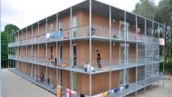 Draußen metallene Laubengänge, drinnen hölzerne Zirbelstube: Eine gelungene Gemeinschaftsunterkunft für Flüchtlinge im oberbayerischen Zolling.