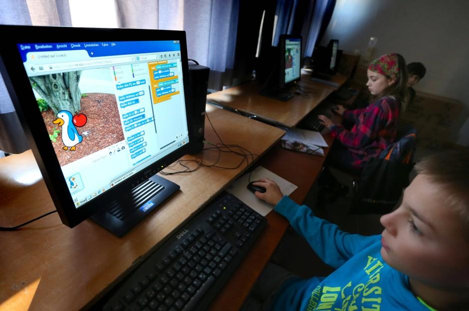 Nicht für die Schule, sondern fürs Leben: An der Grundschule Neu-Ulm Offenhausen lernen Schüler der vierten Klasse, wie man programmiert.