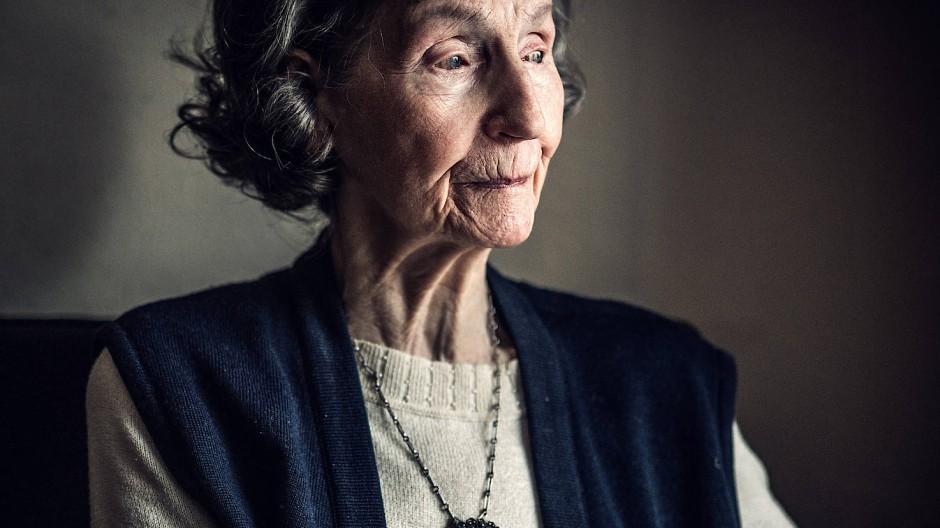 Das Medaillon um ihren Hals bekam Zofia Posmysz von einem Mithäftling.