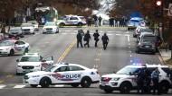 """Aufmarsch der Polizei: Nach den Schüssen im Pizzarestaurant """"Comet Ping Pong"""", dessen Besitzer auch Opfer der Fake-News-Kampagne wurde."""