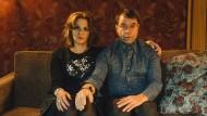 """Schau, wie wir schauen: In der TNT-Serie """"Arthurs Gesetz"""" testen Martina Gedeck und Jan Josef Liefers die Grenzen des schwarzen Humors aus."""