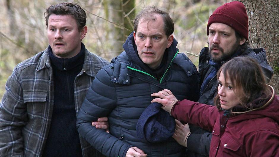 Entsetzen: Kommissarin Franziska Tobler (Eva Löbau) muss den Vater des verschwundenen Mädchens und dessen Freunde davon abhalten, den Tatort eines Mordes zu betreten.