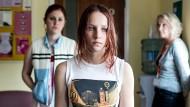"""Holly (Molly Windsor) wird vergewaltigt, wieder und wieder. Aber die Polizei glaubt ihr nicht. Der Sex sei """"einvernehmlich"""", sagen die Täter."""