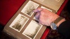 Erinnerung in Bildern: Johannes Werner Günther Buchautor und Zeitzeuge deutet in seinem Kriegsfotoalbum auf ein Bild mit einem russischen Panzer
