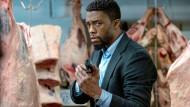 Ich will sofort ein besseres Drehbuch, sonst werde ich rabiat! Chadwick Boseman kommt leider zu spät, um diesen Film noch zu retten.