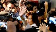 Und Tschüss: Cristina Kirchner hatte der Presse nie etwas zu sagen. Dafür sprach sie gerne stundenlang direkt zu ihrem Volk. Und alle Sender wurden zur Übertragung ihrer Reden zwangsweise zusammengeschaltet.
