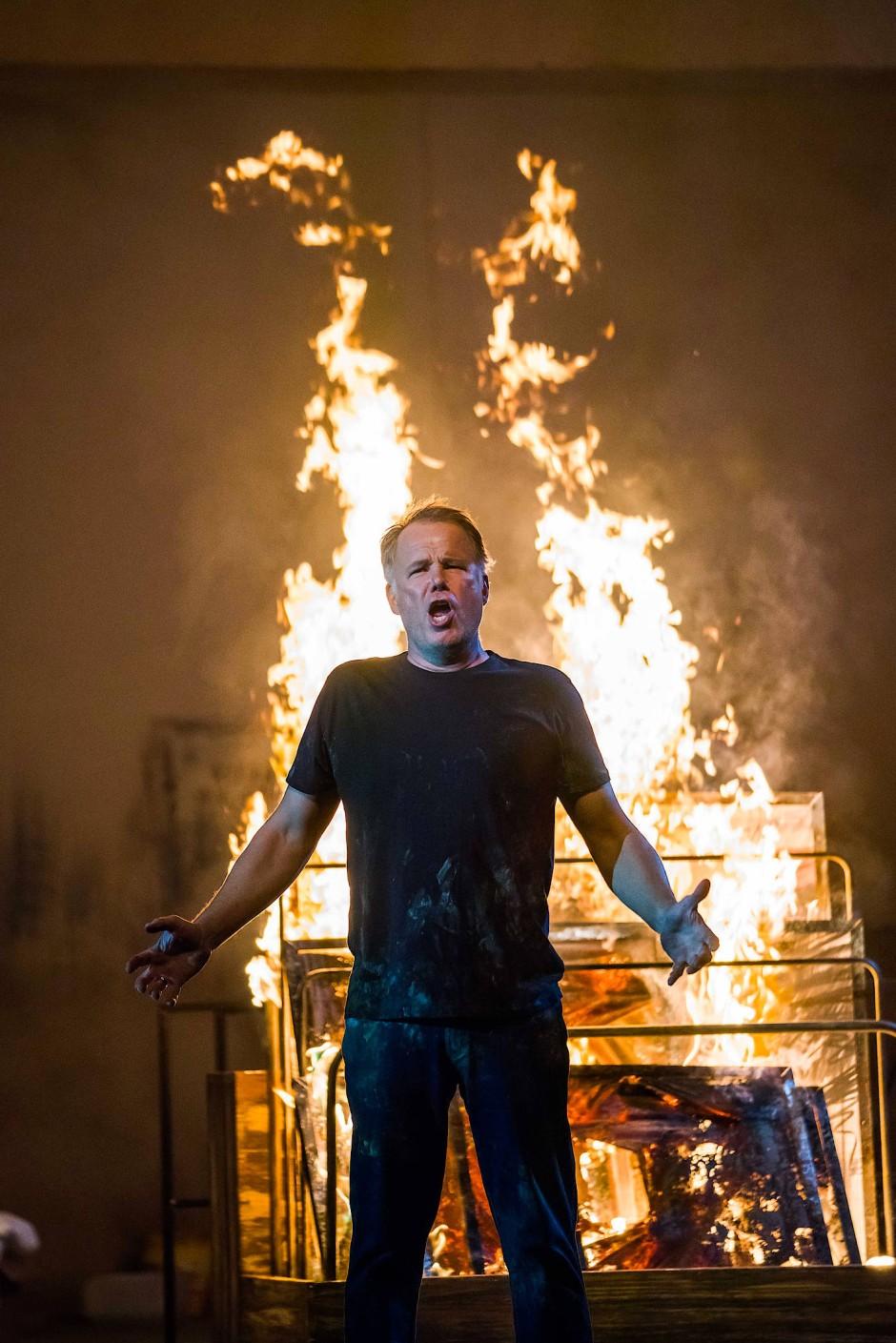 Lodernde Flammen: Blaubart (András Palerdi) zündet seine Bilder an.