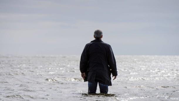 Ein Toter liegt am Strand, seine Uhr tickt