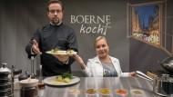Es ist angerichtet: Professor Boerne (Jan Josef Liefers) und seine Assistentin Silke Haller (Christine Urspruch) wechseln das Fach.