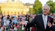 Hier spielt die Musik: Harald Schmidt gibt vor der Stuttgarter Staatsoper den Pausenclown. Doch leider wollen fast nur Spinner mit ihm sprechen