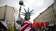 Dieser Demonstrant glaubt zu wissen, wessen Interessen bei den TTIP-Verhandlungen durchgesetzt werden.