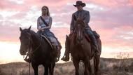 """Das Spiel in """"Westworld"""" beginnt von vorn, und diesmal werden die Karten ganz neu gemischt: Evan Rachel Wood und James Marsden reiten aus."""