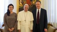 Sie sprechen künftig für den Vatikan: Paloma Garcia Ovejero, Greg Burke und Papst Franziskus.