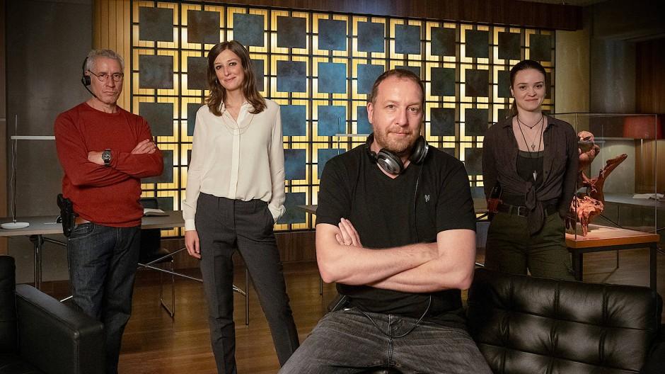 Los geht's: Ralph Herforth, Alexandra Maria Lara, Headautor und Regisseur Jörg Lühdorff und Ceci Chuh (v.l.) am Set der neuen TV-Now-Serie Die Zeugen.