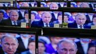 Er ist auf allen Kanälen, und was Russland Staatssender zeigen, bestimmen seine Strippenzieher: Wladimir Putin.