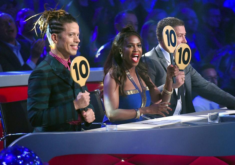 """Dreimal die Zehn? Wer hat denn da vorgetanzt? Jorge González, Motsi Mabuse und Joachim Llambi (von links) verteilen in der RTL-Show """"Lets Dance"""" Haltungsnoten."""