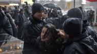 Wenn Frauen in Ankara, wie hier am vergangenen Sonntag, für ihre Rechte auf die Straße gehen, setzt die Polizei erst Reizgas ein. Dann wird sie handgreiflich.