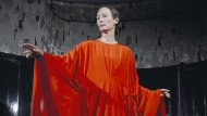 Die unangefochtene Hohepriesterin und Choreographin des Grauens: Tilda Swinton als Madame Blanc.