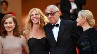 Beim Festival in Cannes: Der Regisseur André Techiné mit den Schauspielerinnen Isabelle Huppert, Sandrine Kiberlain und Emmanuelle Beart (von links).