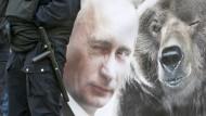 Das Bild dürfte er als schmeichelhaft empfinden: Werbeplakat für den russischen Präsidenten Wladimir Putin in St. Petersburg