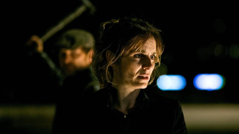 In höchster Gefahr: Kommissarin Isabelle Grandjean (Anna Pieri Zuercher) wird von Andreas Lakatos (Levente Molnar) bedroht.