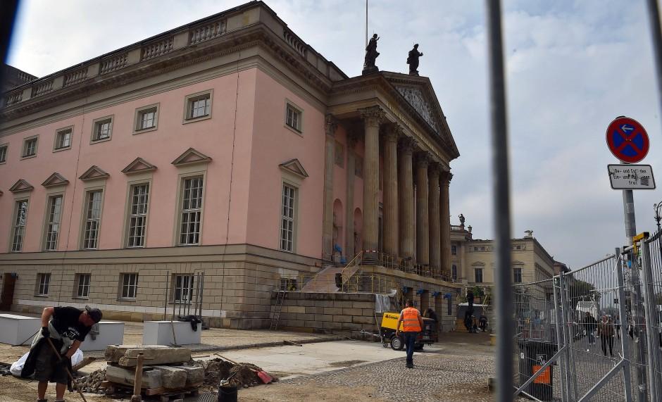 Außen ein zartes Rosa: Letzte Arbeiten vor der Staatsoper Unter den Linden.