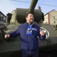 Die Kulisse gefällt ihm: Matteo Salvini macht Wahlkampf in Brescello, in der Provinz Reggio Emilia. Er steht vor einem Panzer, der in einem Spielfilm verwendet wurde.