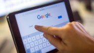 """Was wird bei der Google-Suche nach """"Corona"""" zuerst angezeigt? Der Netzkonzern hat da klare Vorstellungen – und geht gegen beim Landgericht München in Berufung."""
