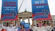 Alle Räder stehen still: Schaustellerfamilien demonstrieren Anfang Juli in Berlin für die Rückkehr des Jahrmarkts.