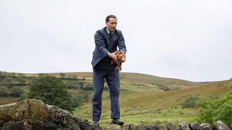 Wohin bloß mit dem Huhn? James Herriot (Nicholas Ralph) wirkt beim Dienstantritt in Yorkshire wie ein verirrter Städter.