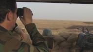 Auf Beobachtungsposten: Ein kurdischer Kämpfer an der Front vor Mossul im Irak.