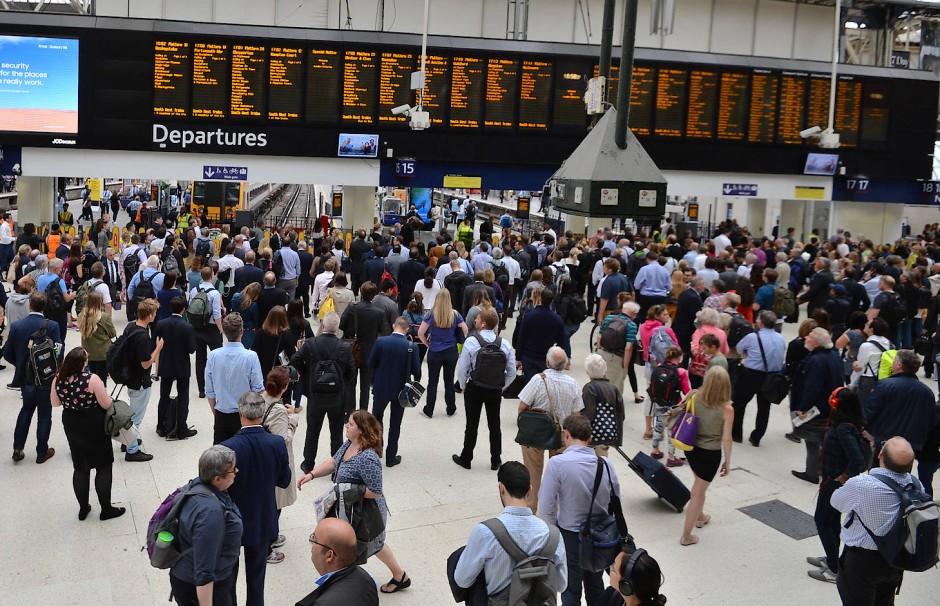 Das gibt es nicht nur in London: Passagiere gewärtigen in der Waterloo Station, dass nicht jeder Zug pünktlich kommt.