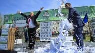 Ziemlich nah dran: Schauspieler Anthony Atamanuik (l), verkleidet als US-Präsident Trump, wirft am 15. April auf einer Demonstration in Washington (USA) geschredderte Papierbögen in die Luft, die eine Einkommenssteuererklärung symbolisieren sollen.