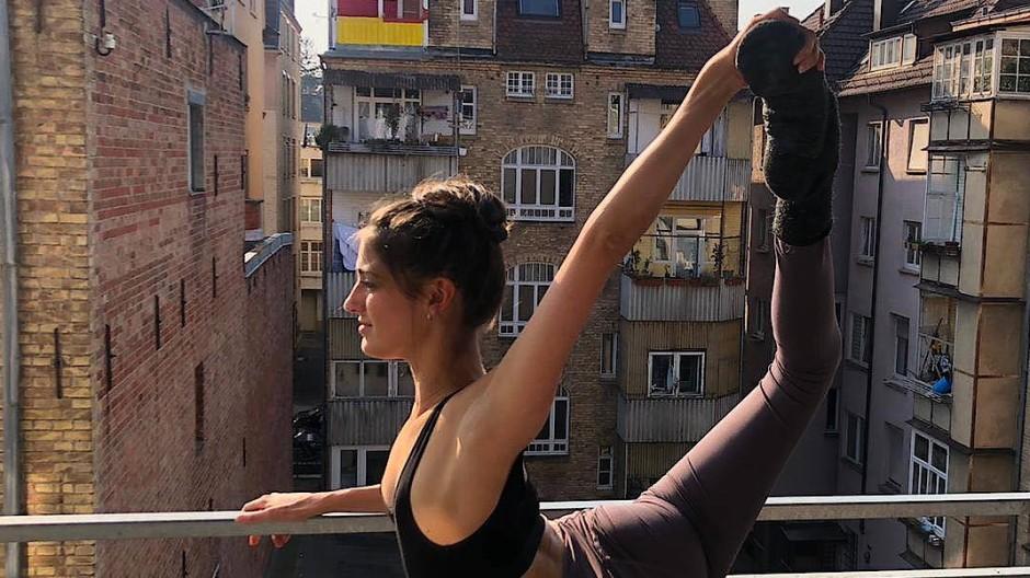 Die Tänzerin Anouk van der Wejide hält sich in Corona-Zeiten auf einem Stuttgarter Balkon in Form.