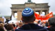 """Eigentlich müsste es für den öffentlich-rechtlichen Rundfunk zwingend erscheinen, das Thema Antisemitismus aufzugreifen. Aber bisweilen scheinen """"technische"""" Argumente dagegen zu sprechen. Unser Bild zeigt einen Teilnehmer der Kundgebung """"Steh auf! Nie wieder Judenhass!"""" im September vor drei Jahren in Berlin."""