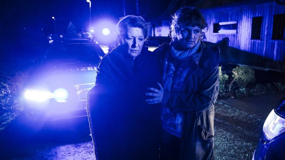 Die verzweifelte Paula Ringelhahn (Dagmar Manzel) wird von Wanda Goldwasser (Eli Wasserscheid) zum Wagen gebracht.